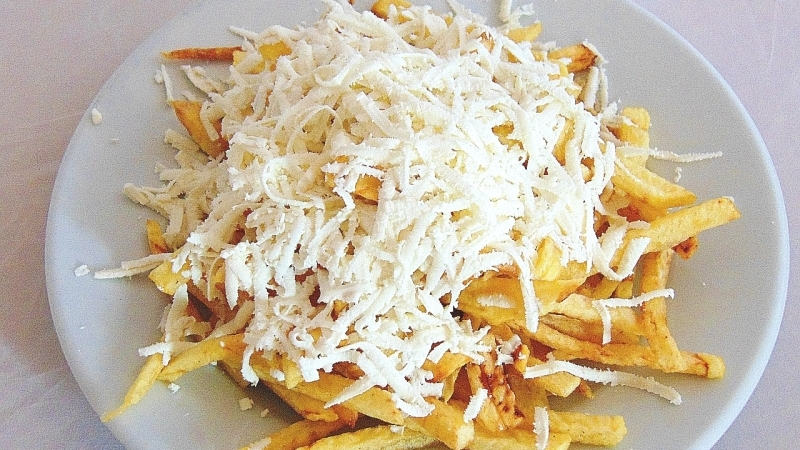Пресни пържени картофи със сирене
