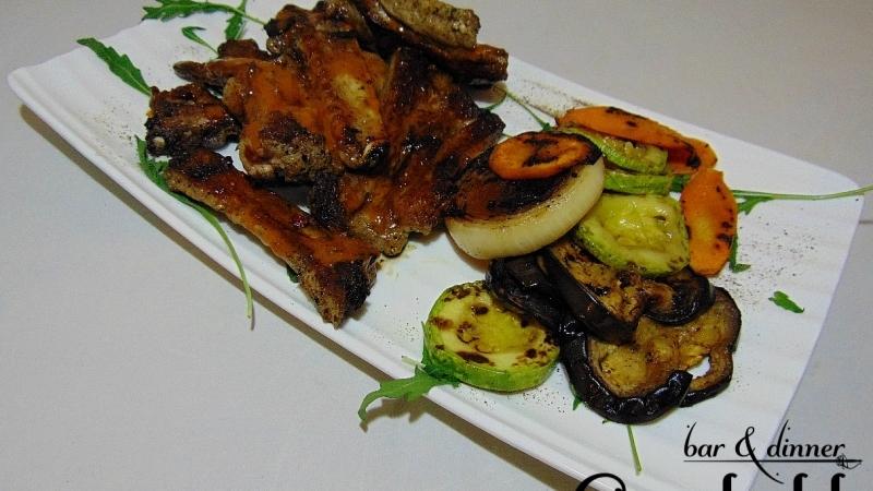 Свински ребра на скара с печени зеленчуци